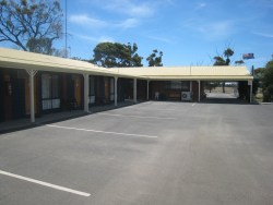 Country Roads Motor Inn - Onsite parking